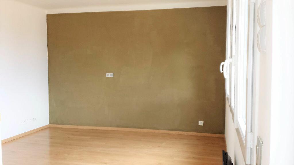Appartement à louer 4 61.24m2 à Saint-Chamas vignette-3