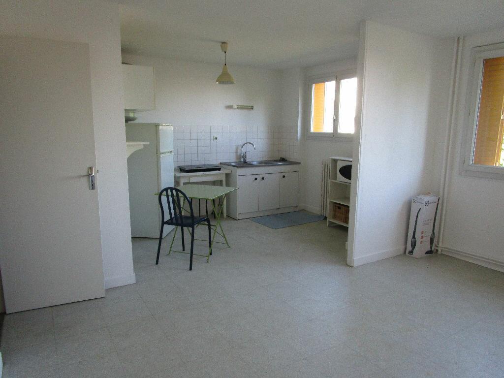 Appartement à louer 1 30m2 à Bourg-en-Bresse vignette-1