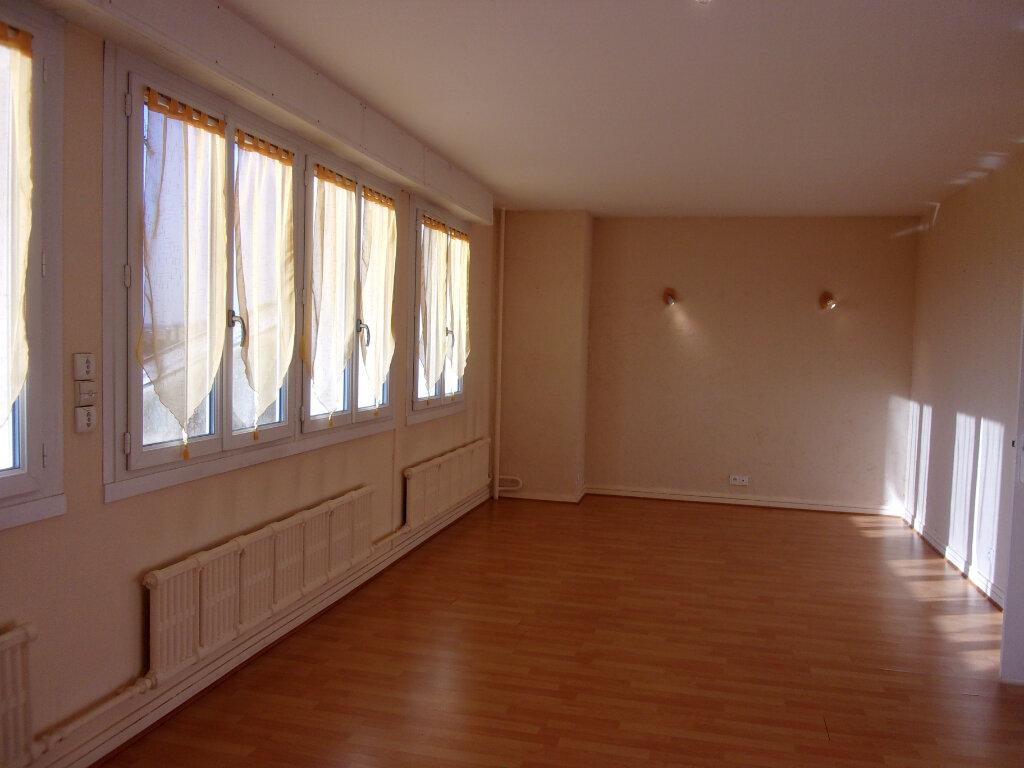 Appartement à louer 3 66.58m2 à Bourg-en-Bresse vignette-2