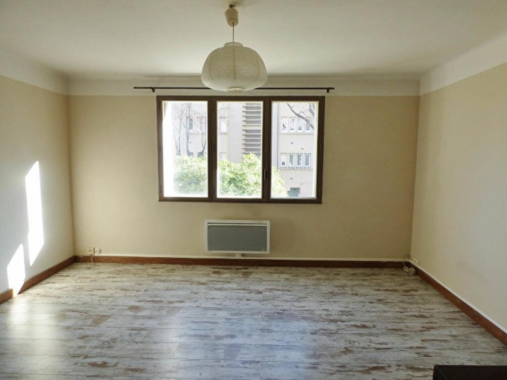 Appartement à louer 3 55.61m2 à Nîmes vignette-1