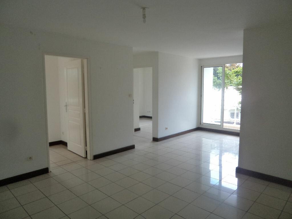 Appartement à louer 3 53m2 à Saint-Pierre vignette-1