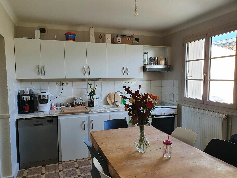 Maison à vendre 6 105m2 à Saint-Hilaire-la-Palud vignette-1
