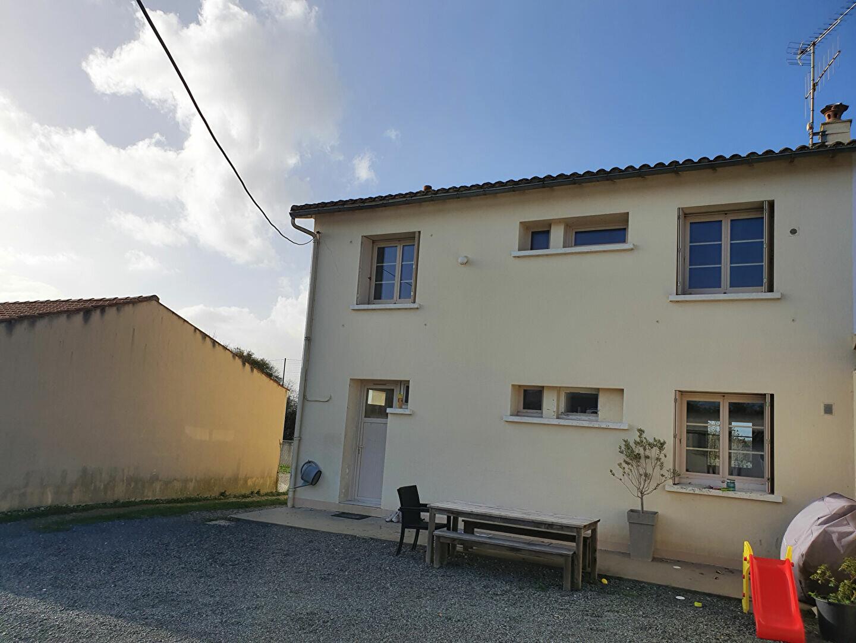 Maison à vendre 6 105m2 à Saint-Hilaire-la-Palud vignette-3