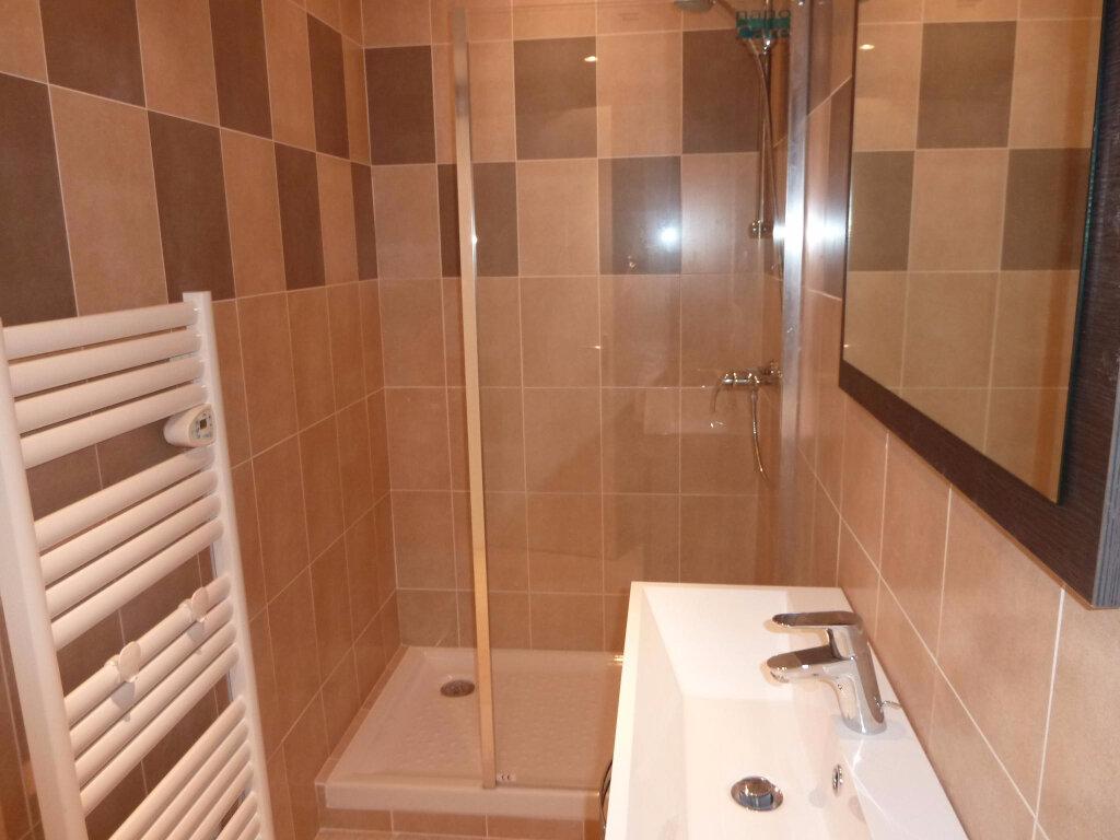 Appartement à louer 3 55m2 à Graveson vignette-3