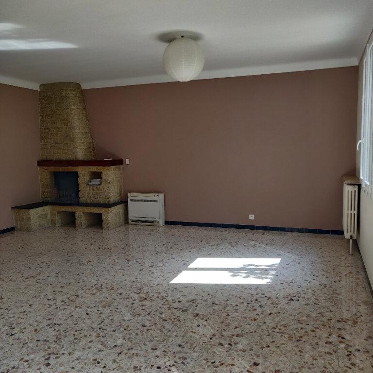 Maison à louer 4 117.38m2 à Rognonas vignette-4