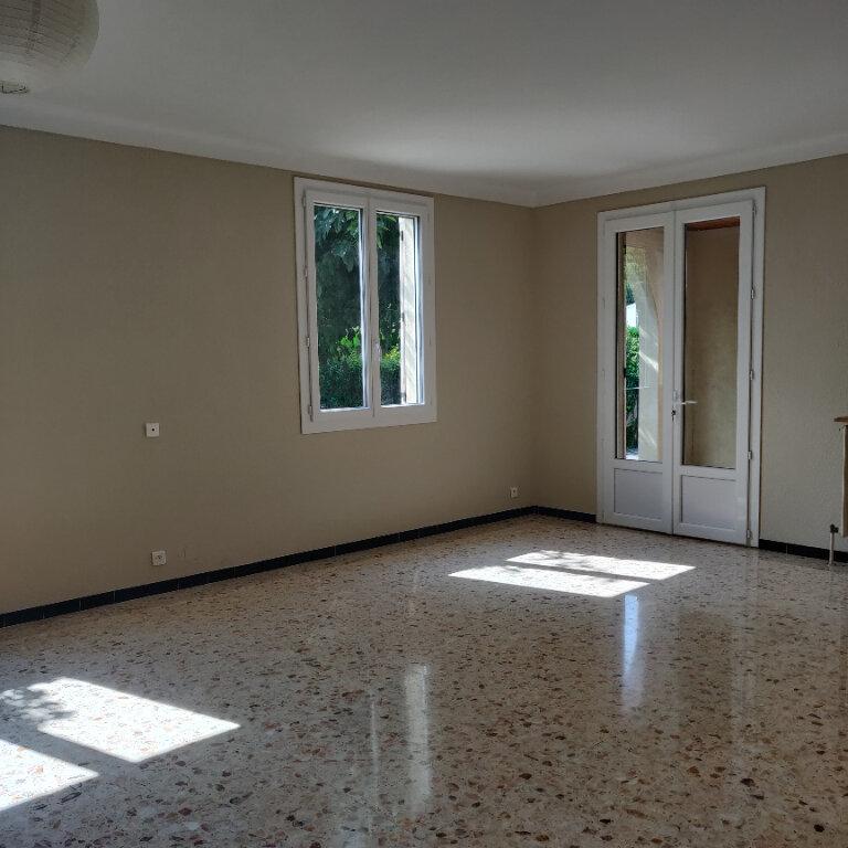 Maison à louer 4 117.38m2 à Rognonas vignette-5