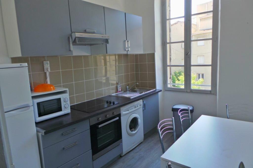 Appartement à louer 3 61m2 à Marseille 6 vignette-1