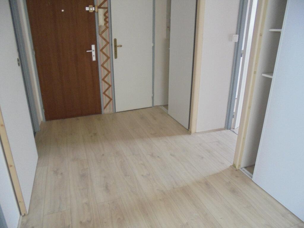 Appartement à louer 3 57.67m2 à Noyon vignette-2