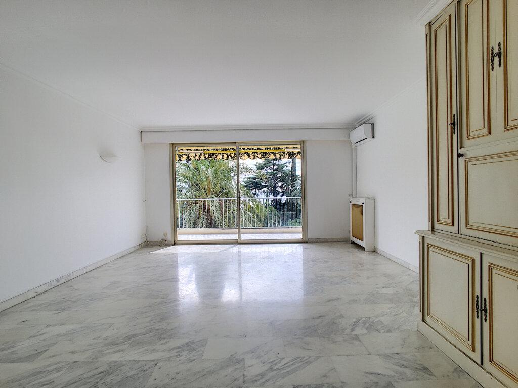 Appartement à louer 3 106m2 à Cannes vignette-3