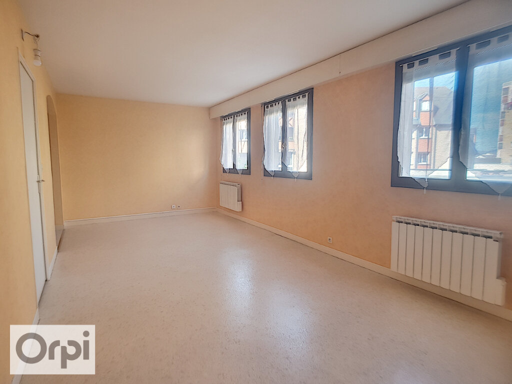 Appartement à louer 1 50m2 à Montluçon vignette-2