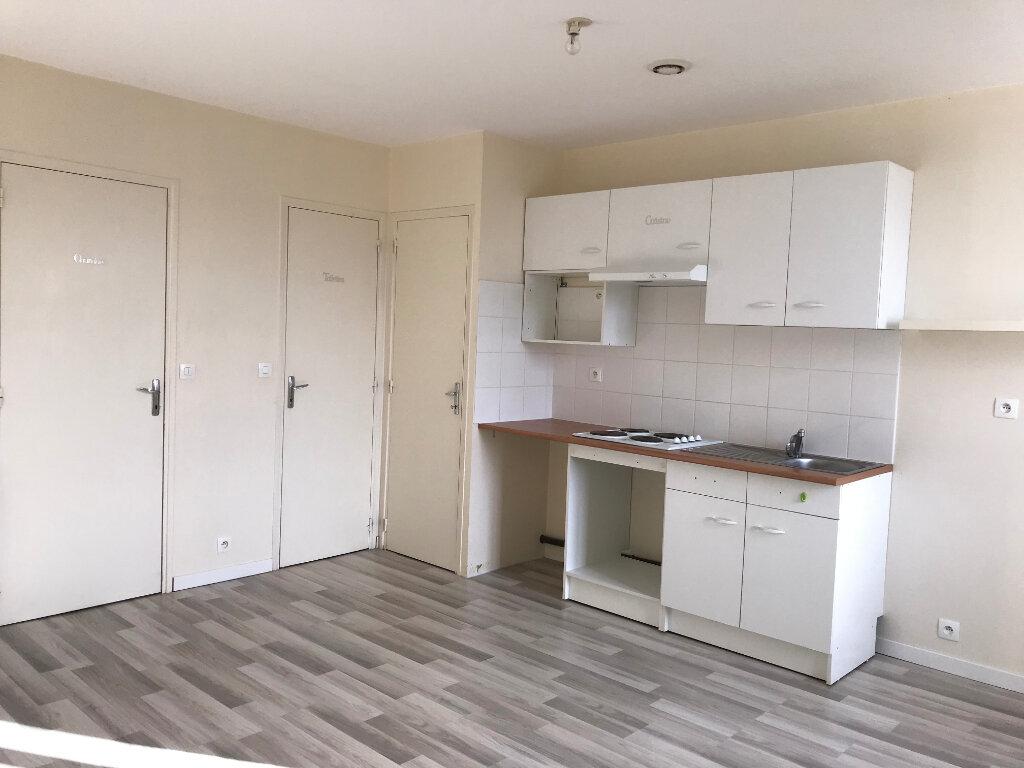 Appartement à louer 2 33m2 à Montluçon vignette-1