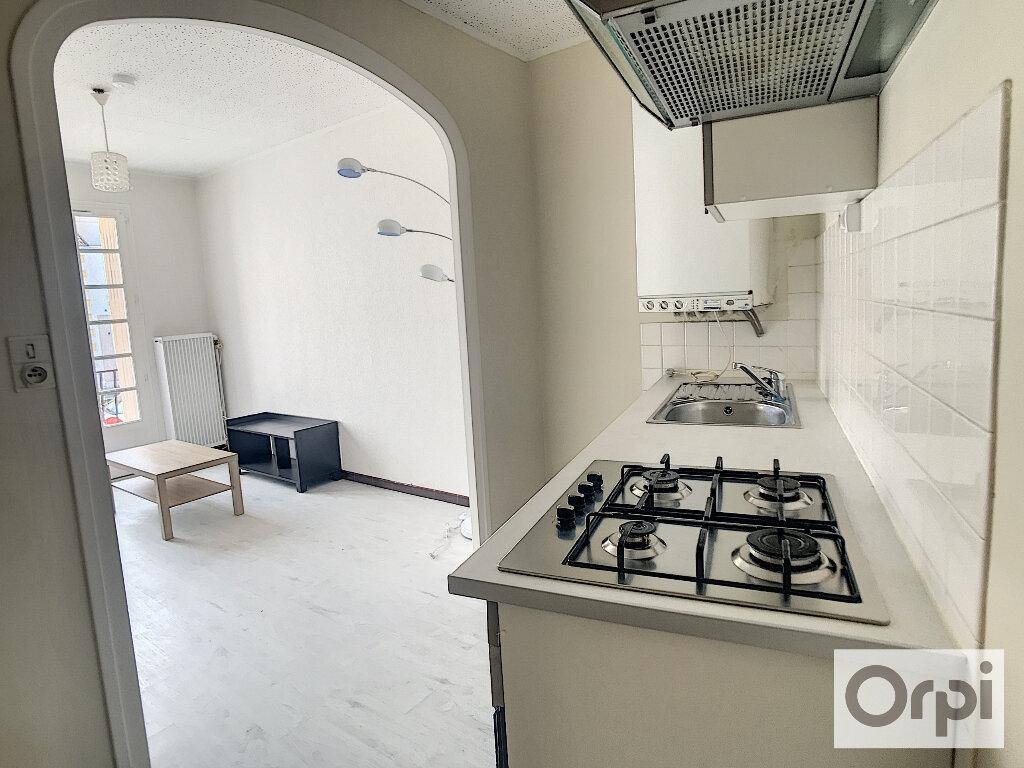 Appartement à louer 2 41m2 à Montluçon vignette-3