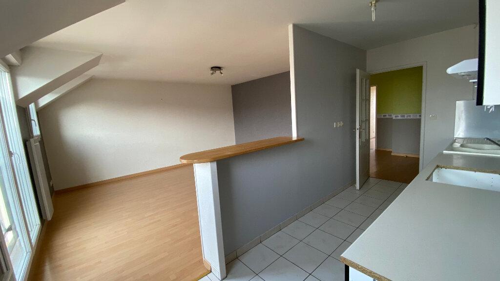Appartement à louer 3 66.06m2 à Saint-Denis-de-l'Hôtel vignette-2