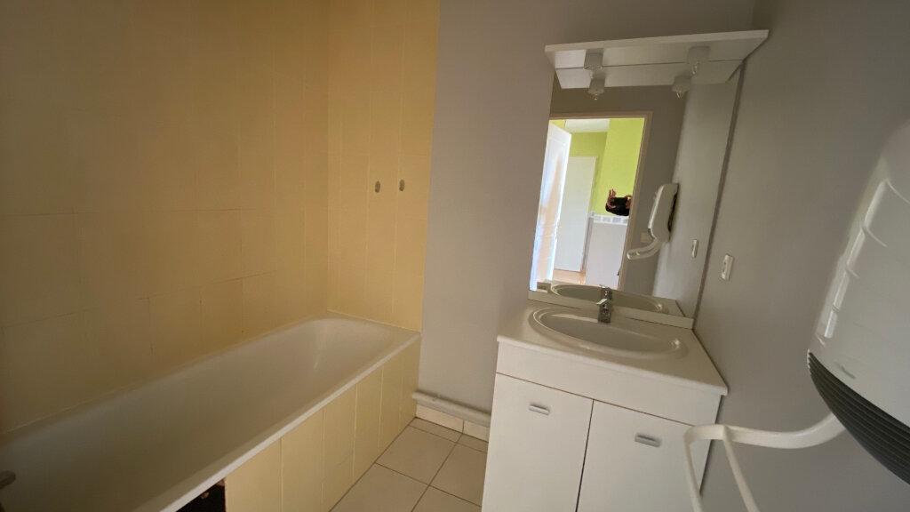 Appartement à louer 3 66.06m2 à Saint-Denis-de-l'Hôtel vignette-6