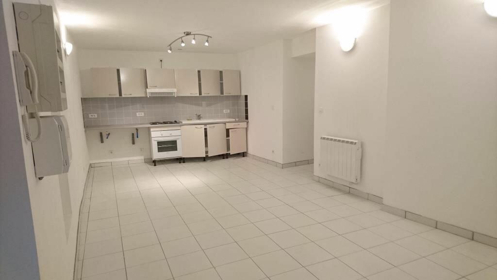 Appartement à louer 2 50m2 à Saint-Geniès-de-Comolas vignette-1