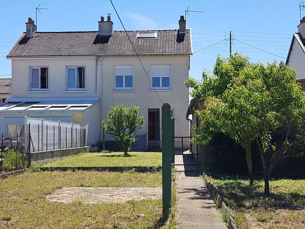 Maison à louer 5 74m2 à Saint-Cosme-en-Vairais vignette-1