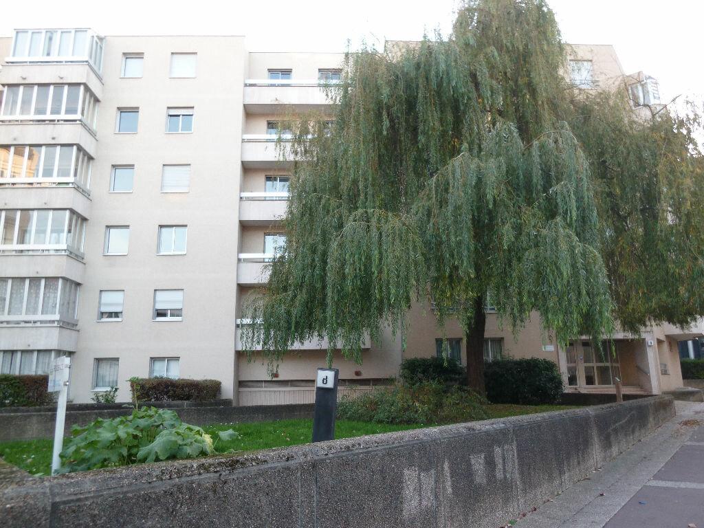 Location Appartement 4 pièces à Issy-les-Moulineaux - vignette-1