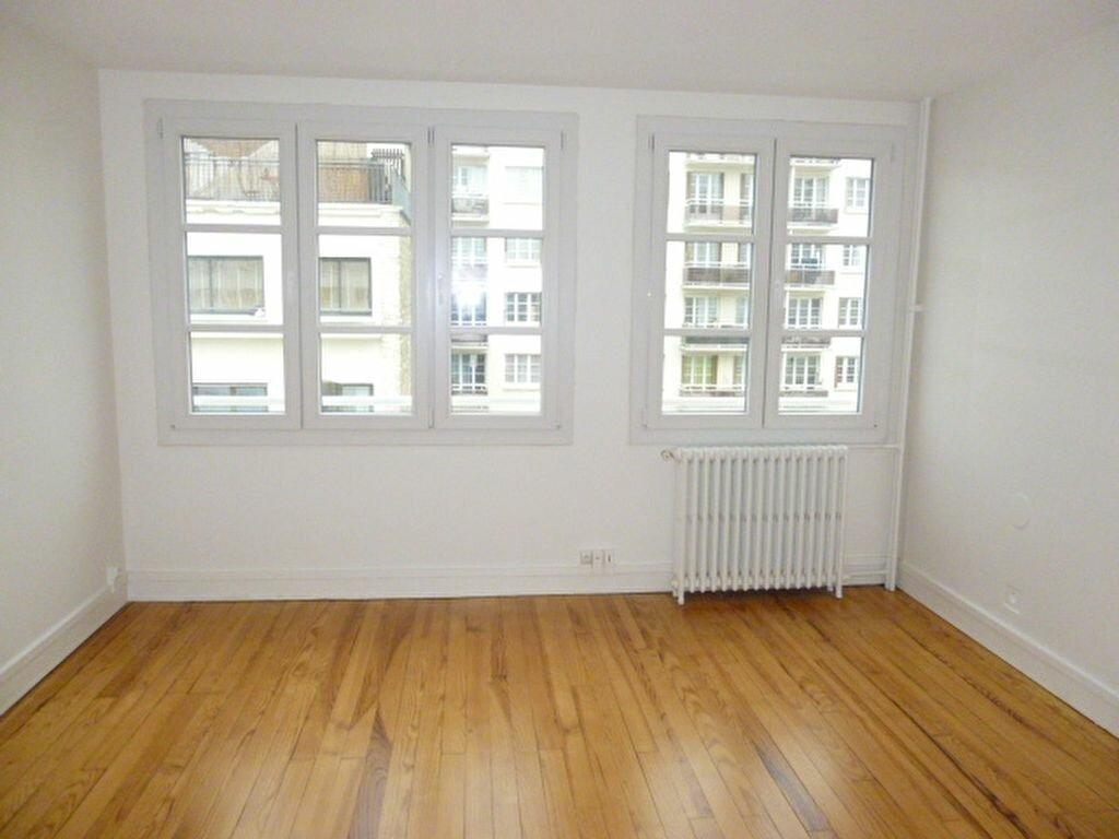 Location Appartement 3 pièces à Issy-les-Moulineaux - vignette-1