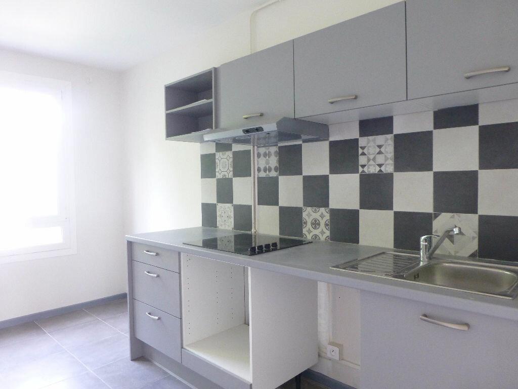 Location Appartement 4 pièces à Saint-Genis-Laval - vignette-1