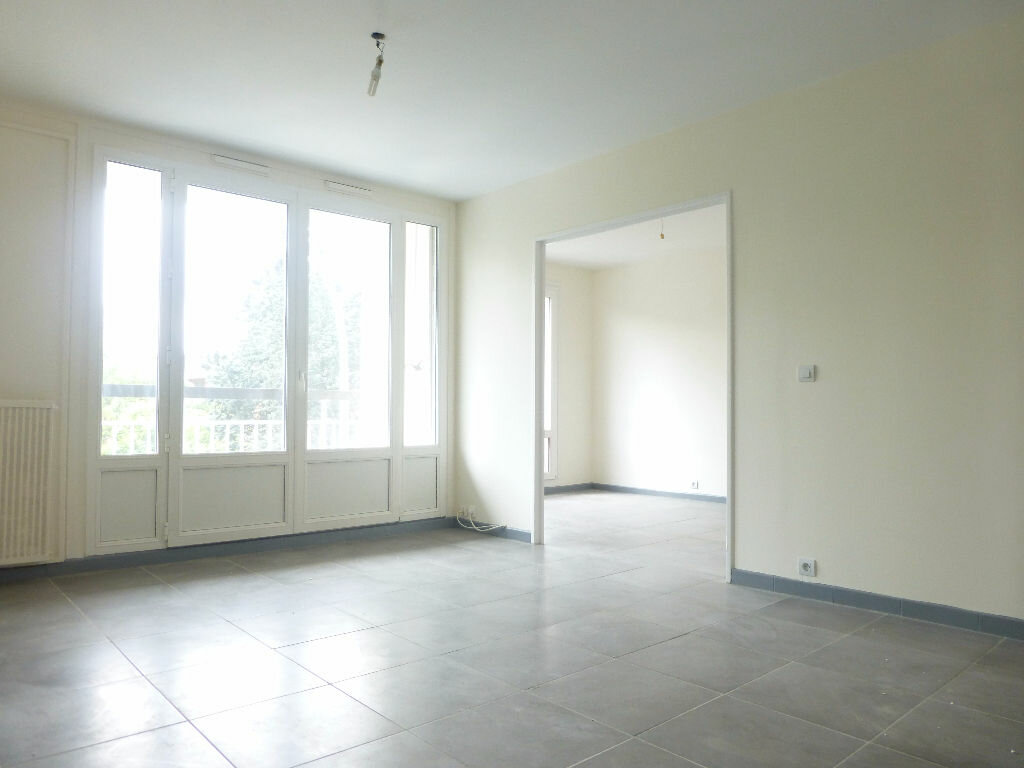 Location Appartement 4 pièces à Saint-Genis-Laval - vignette-2