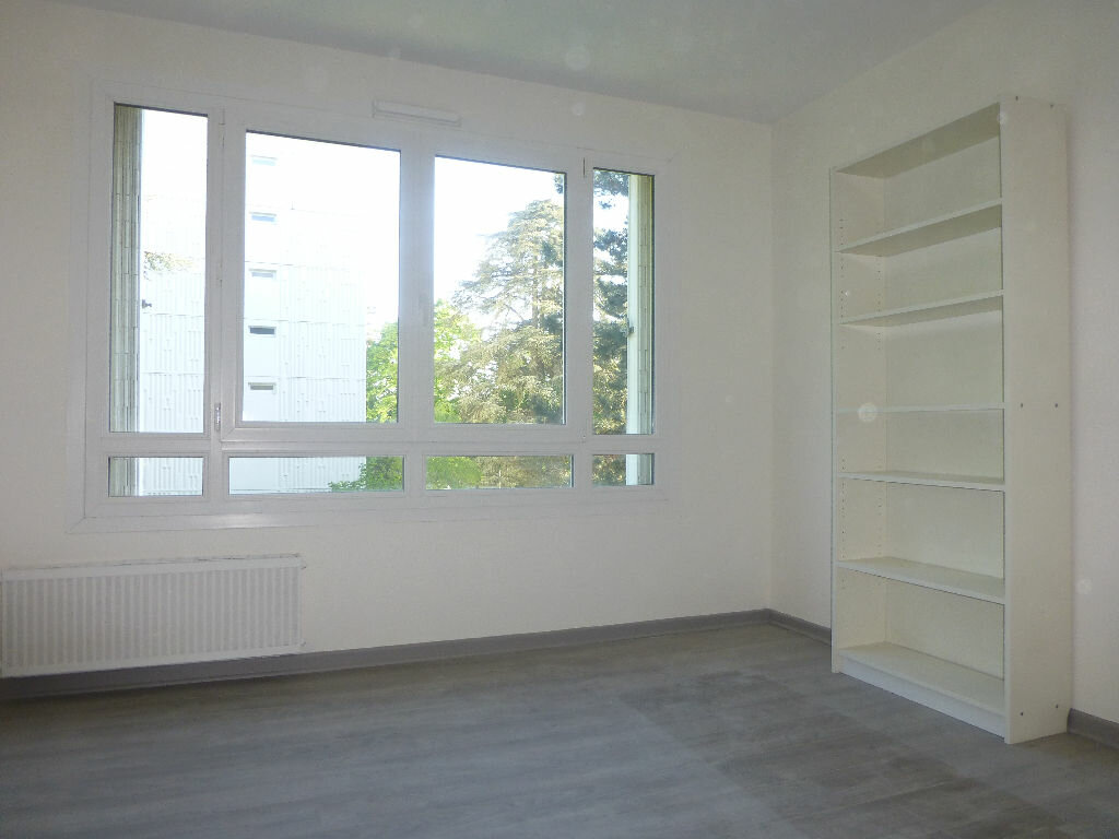 Location Appartement 4 pièces à Saint-Genis-Laval - vignette-5