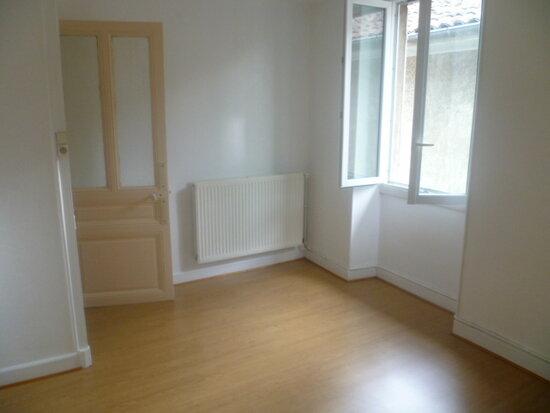 Location Appartement 3 pièces à Saint-Étienne-de-Saint-Geoirs - vignette-1
