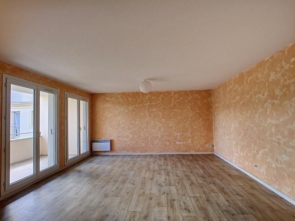 Location Appartement 5 pièces à Fleury-les-Aubrais - vignette-1