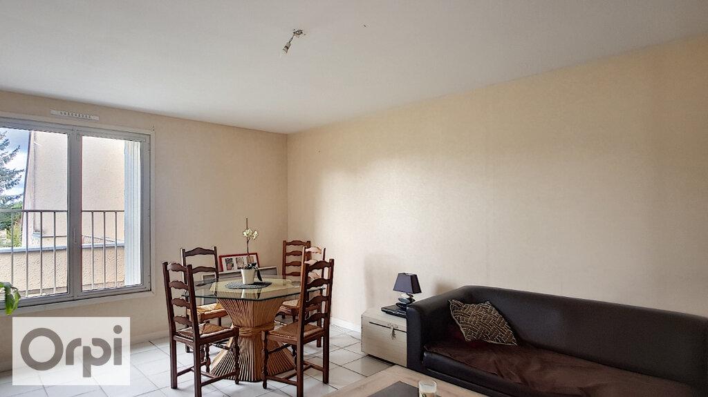 Location Appartement 4 pièces à Néris-les-Bains - vignette-1