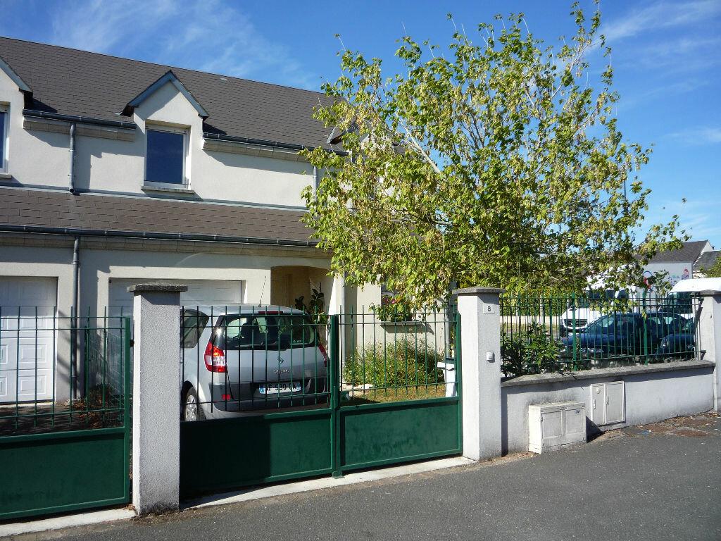 Location Maison 5 pièces à Saint-Denis-de-l'Hôtel - vignette-1