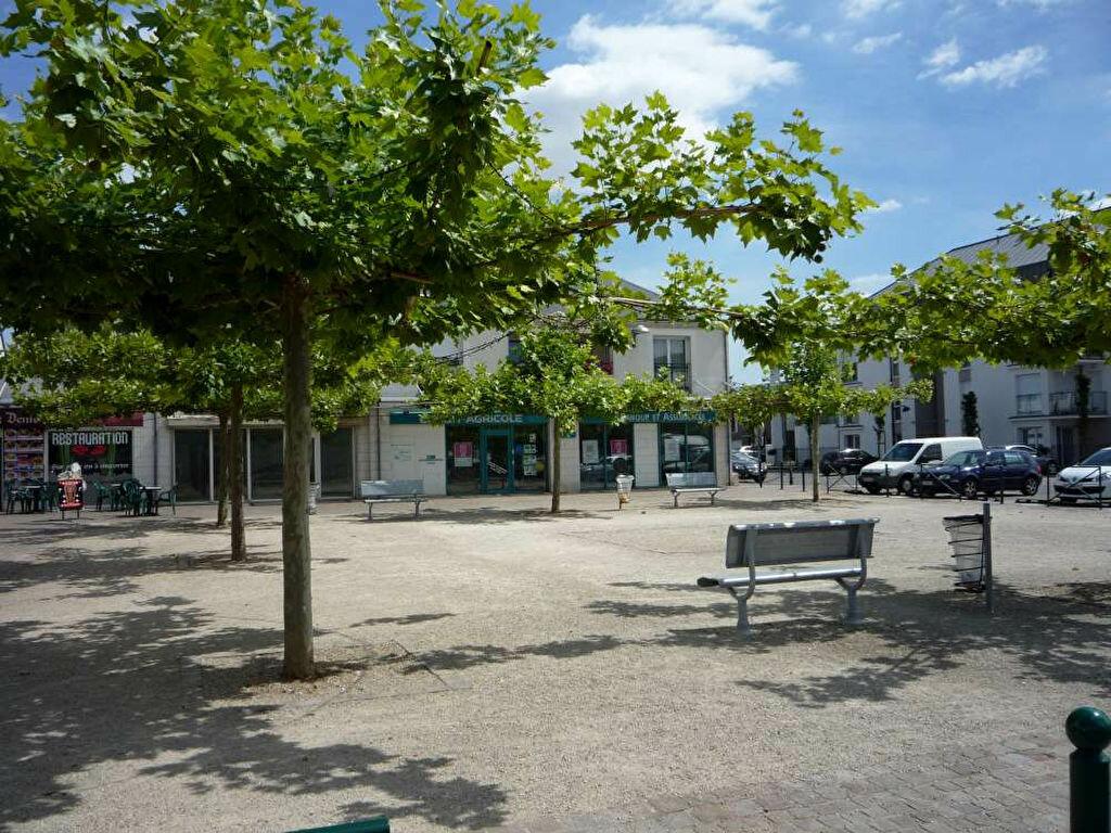Location Maison 5 pièces à Saint-Denis-de-l'Hôtel - vignette-9