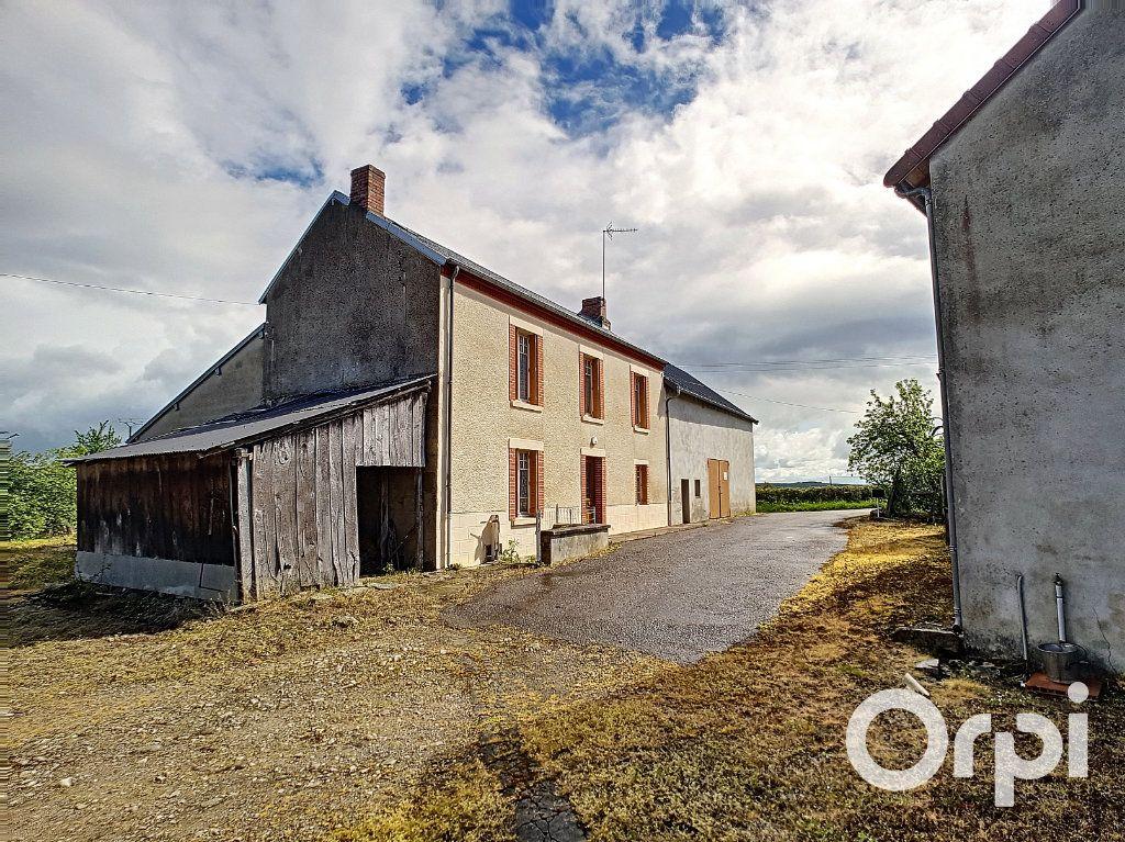 Maison à vendre 6 162.51m2 à Marcillat-en-Combraille vignette-1