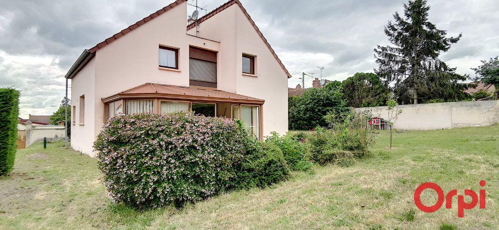 Maison à vendre 6 167.61m2 à Montmarault vignette-1