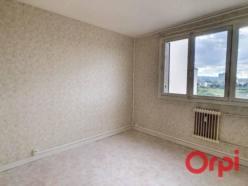 Appartement à vendre 4 65.82m2 à Montluçon vignette-3