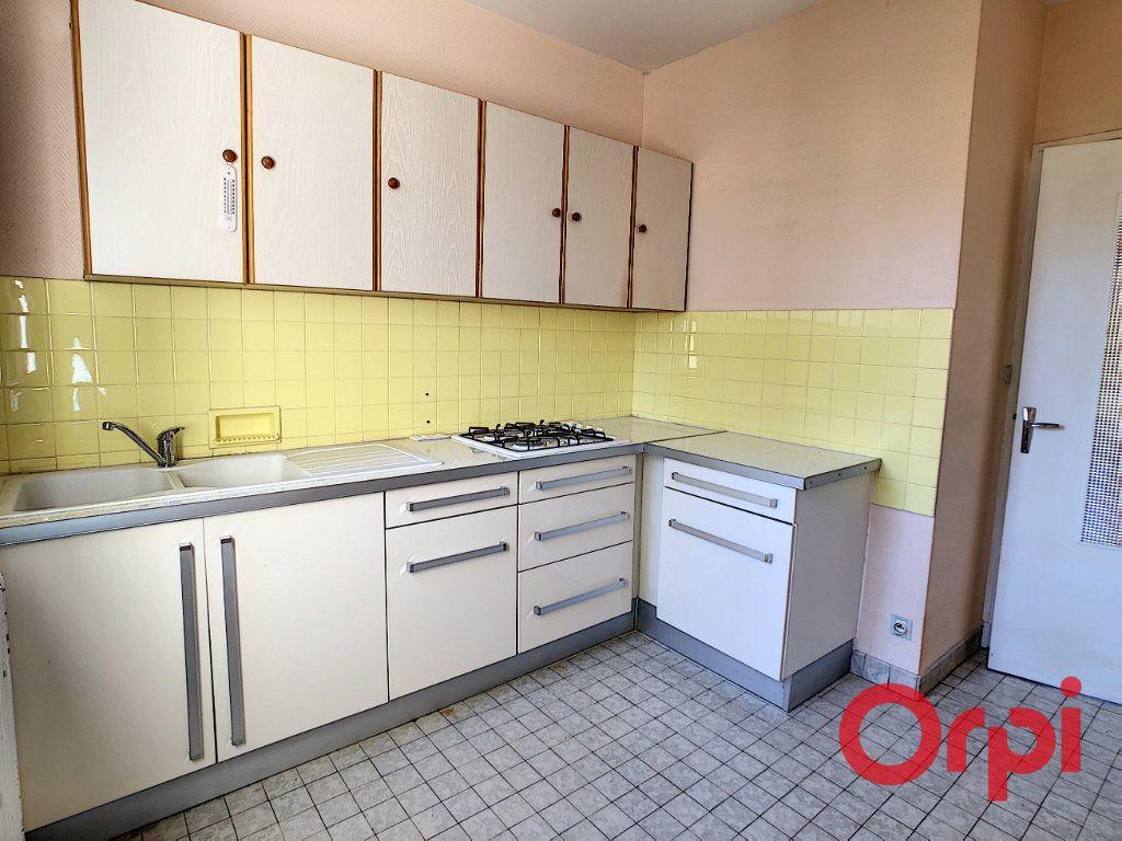 Maison à vendre 8 174m2 à Néris-les-Bains vignette-2
