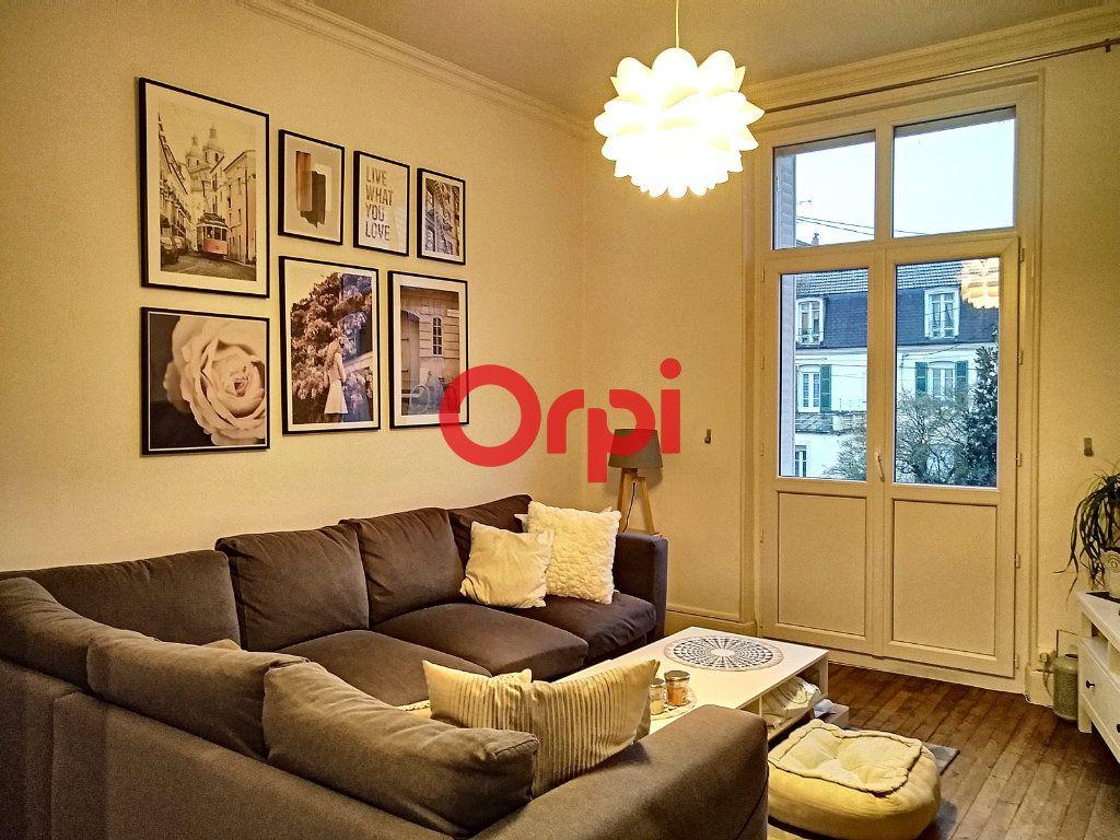 Appartement à vendre 5 116.41m2 à Montluçon vignette-3