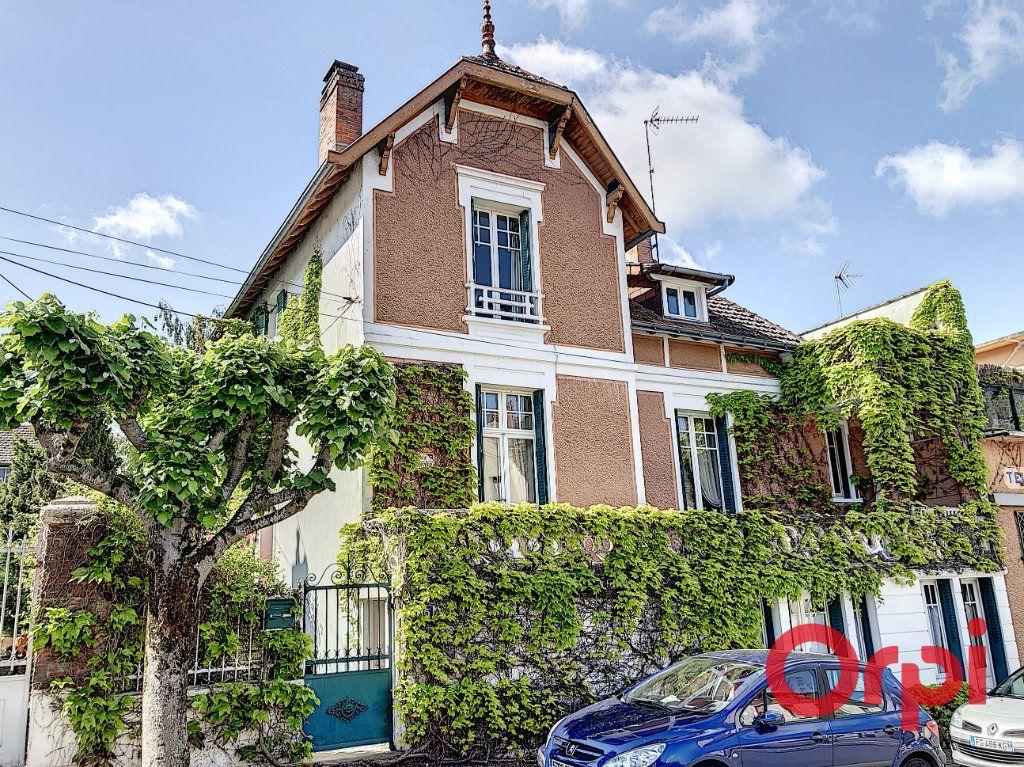 Maison à vendre 7 164.43m2 à Néris-les-Bains vignette-1