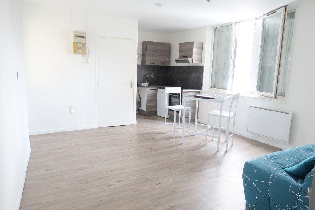 Appartement à louer 1 26m2 à Saint-Quentin vignette-1