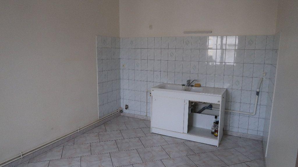 Appartement à louer 5 121.1m2 à La Fère vignette-3
