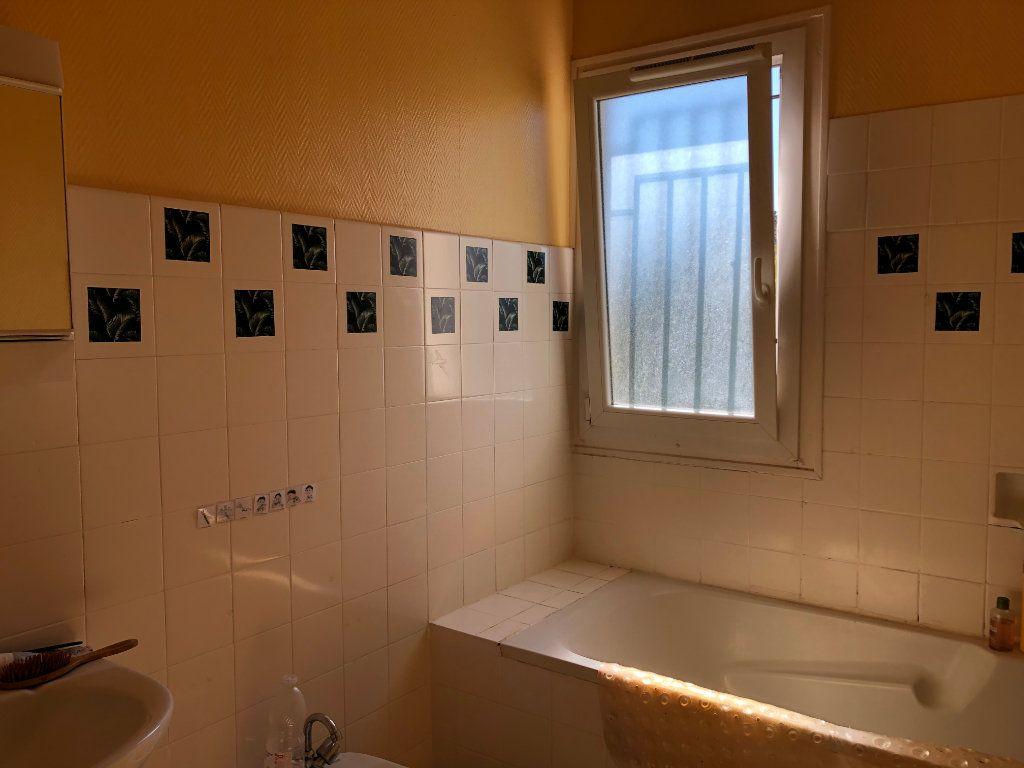 Appartement à louer 4 100m2 à Mont-de-Marsan vignette-5