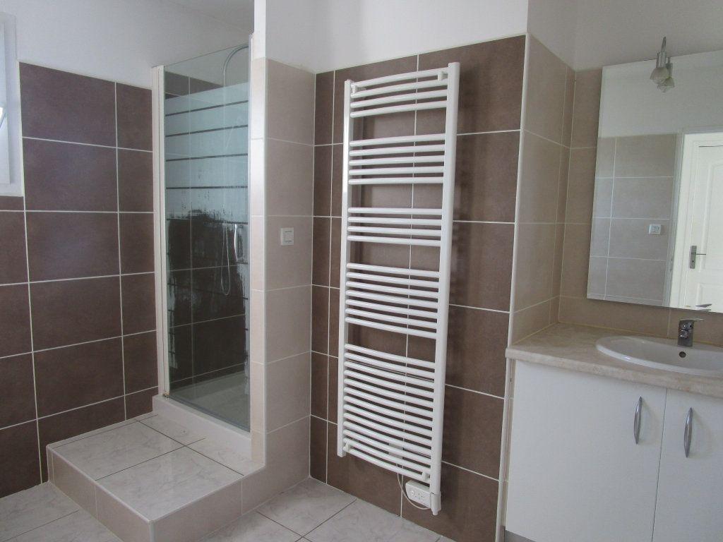 Appartement à louer 4 111m2 à Saint-Saturnin-lès-Avignon vignette-4