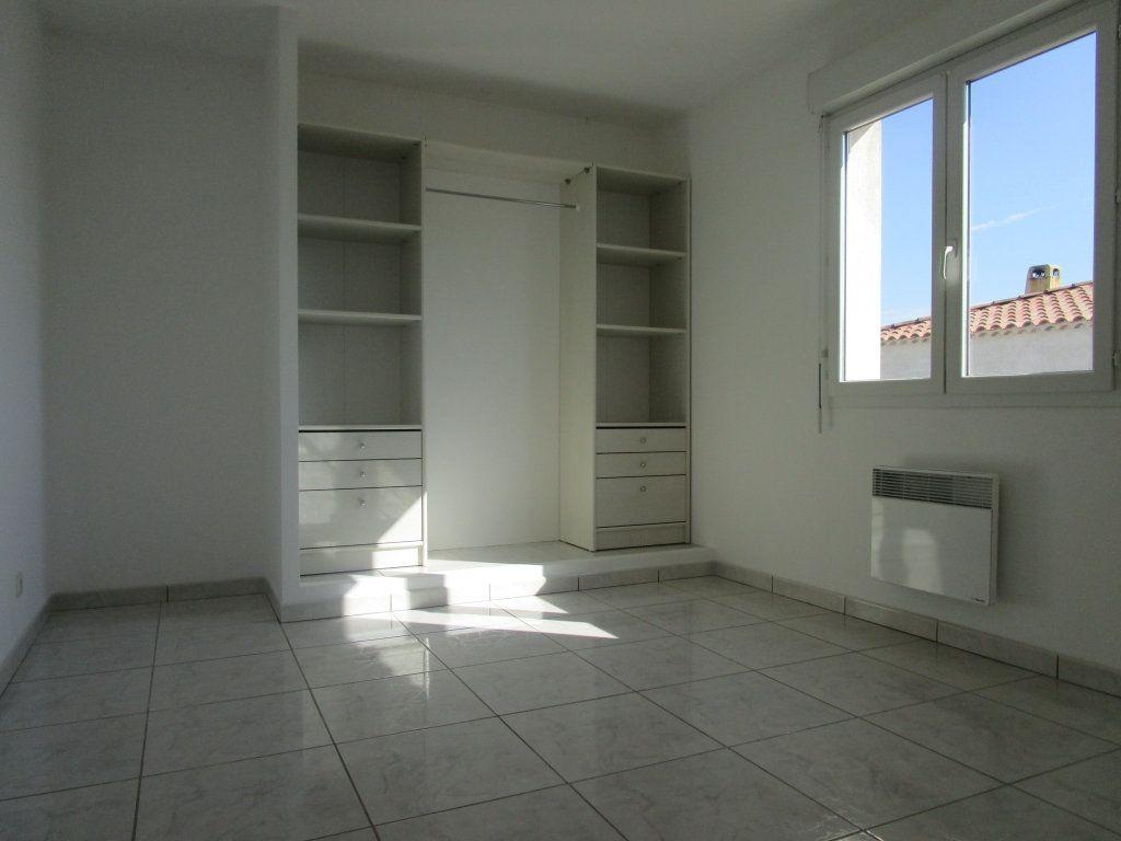 Appartement à louer 4 111m2 à Saint-Saturnin-lès-Avignon vignette-5