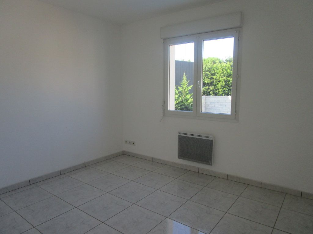 Appartement à louer 4 111m2 à Saint-Saturnin-lès-Avignon vignette-6