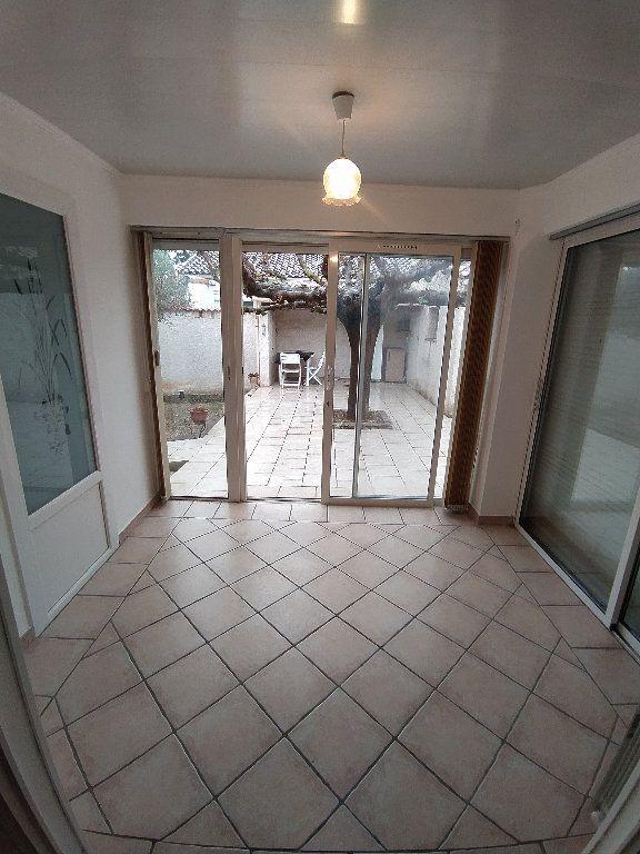 Maison à louer 3 69.96m2 à Saint-Mitre-les-Remparts vignette-3
