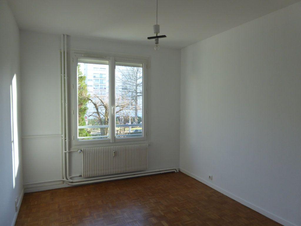 Appartement à louer 3 62.69m2 à Limoges vignette-5