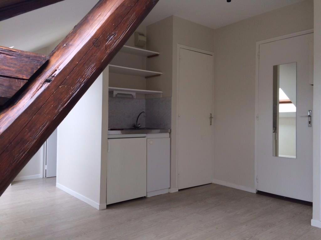 Appartement à louer 1 16m2 à Reims vignette-1