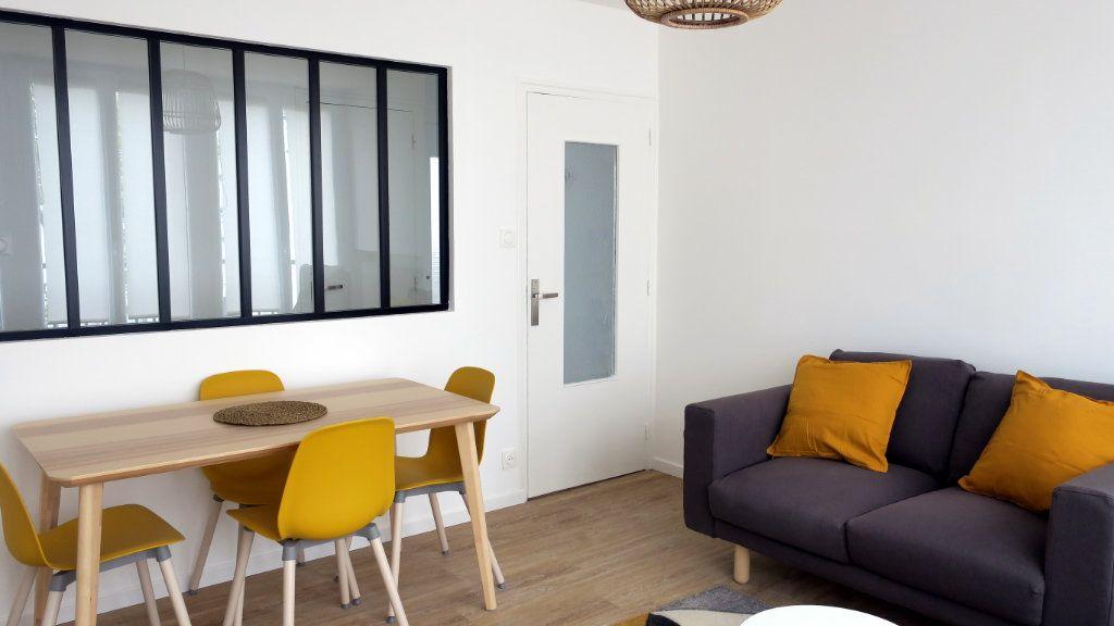 Appartement à louer 4 10.33m2 à Vénissieux vignette-2