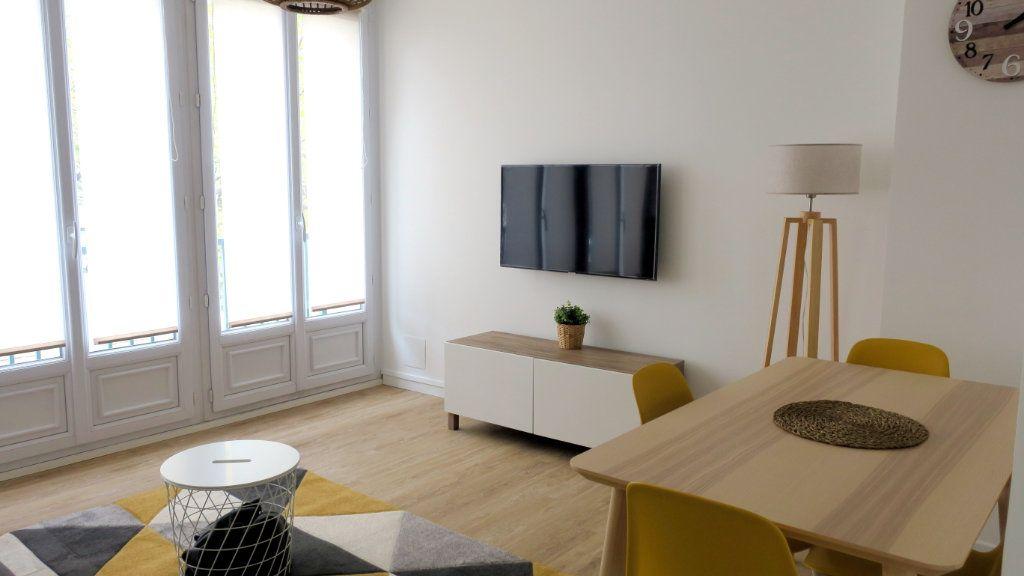 Appartement à louer 4 10.58m2 à Vénissieux vignette-1