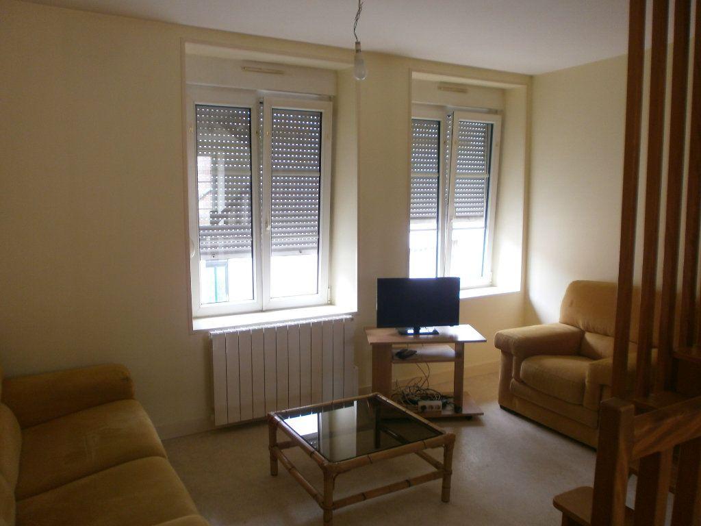 Appartement à louer 2 30m2 à Saint-Genès-Champanelle vignette-1