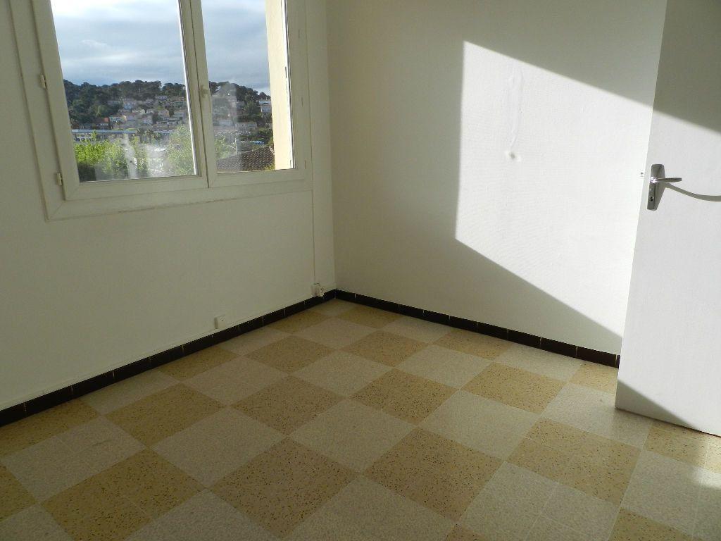 Appartement à louer 4 65.7m2 à La Seyne-sur-Mer vignette-5