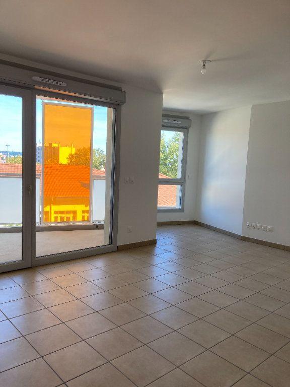 Appartement à louer 3 69.52m2 à Villeurbanne vignette-2